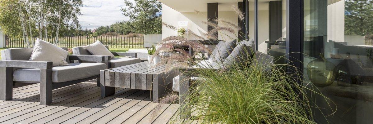 Poilsio kampelis namuose: į ką atkreipti dėmesį renkantis medieną ir augalus terasai bei balkonui?