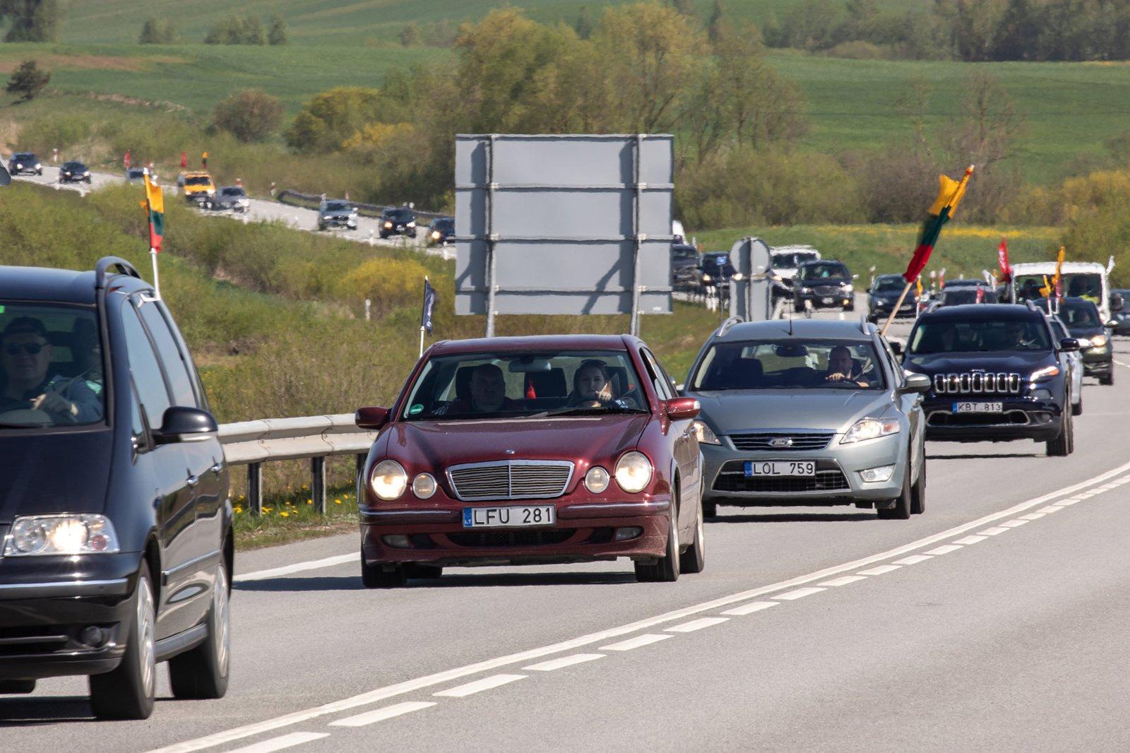 """Vaizdai iš """"Šeimos gynimo maršo"""" Šiauliuose: nusidriekė transporto priemonių eilės"""
