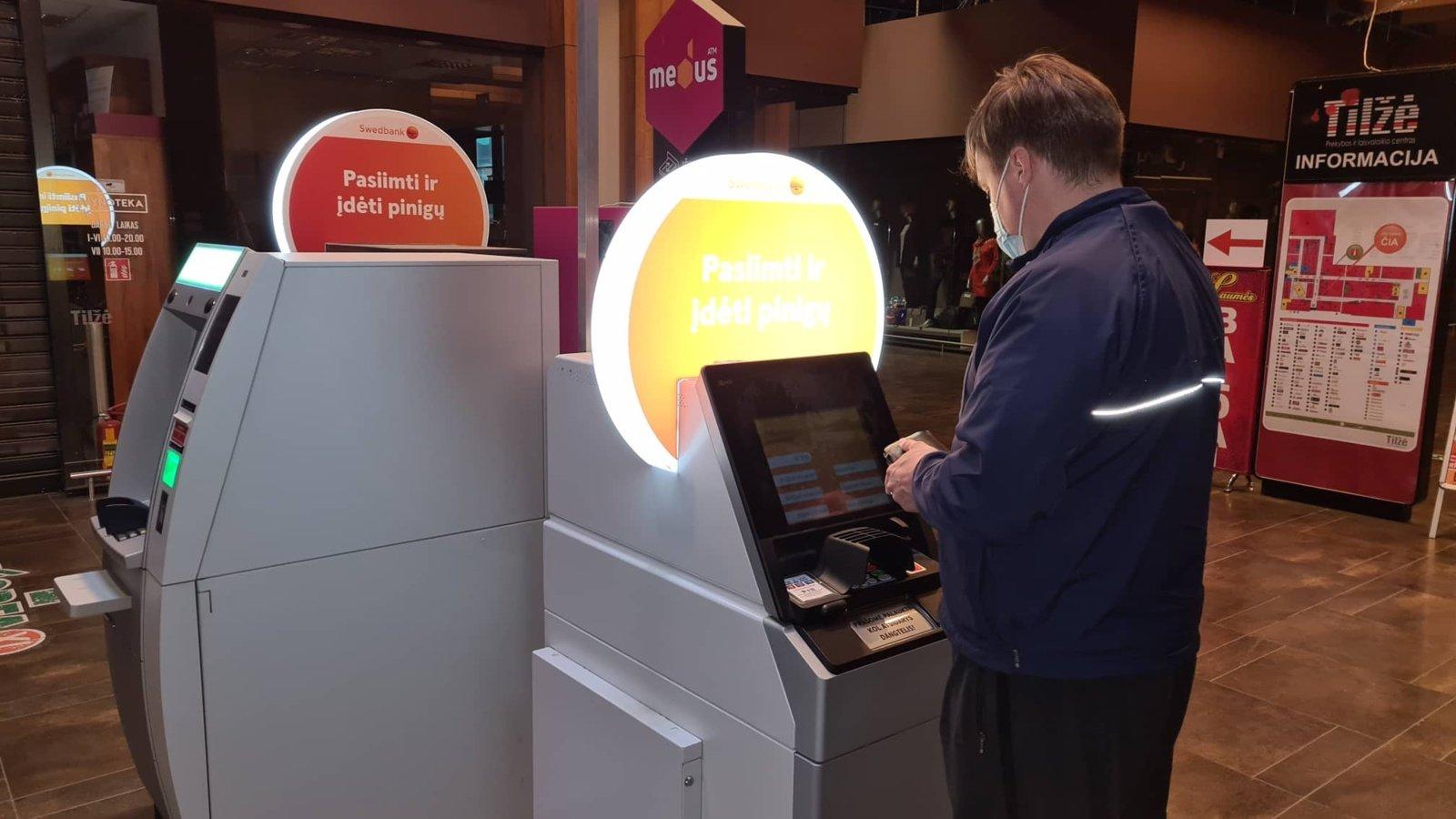 """""""Swedbank"""" modernizuoja bankomatų tinklą − diegia bankomatus su jutikliniais ekranais"""