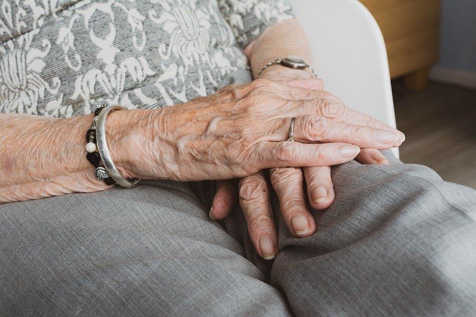 Artimieji šokiruoti: nuo ligoninėje mirusios senolės pirštų dingo brangūs žiedai