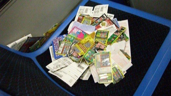 Išskalbusi laimingą loterijos bilietą moteris prarado milijonus