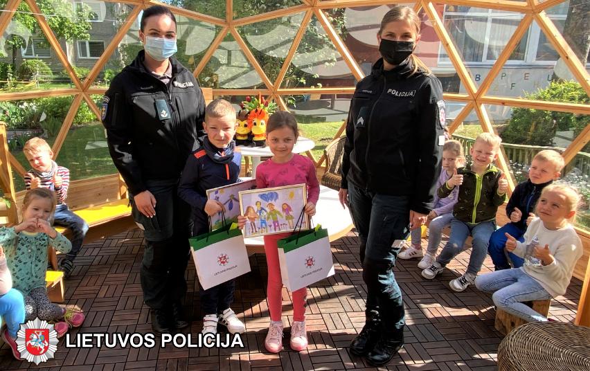 Marijampolės pareigūnai apdovanojo mažuosius piešinių konkurso nugalėtojus