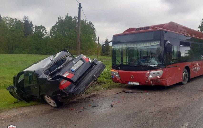 Avarija Telšių rajone: susidūrė automobilis ir autobusas