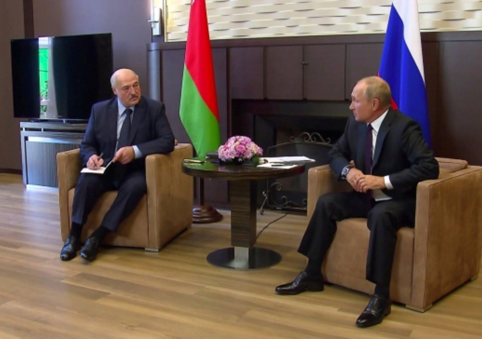 Antrąją susitikimo dieną V. Putinas su A. Lukašenka plaukiojo laivu