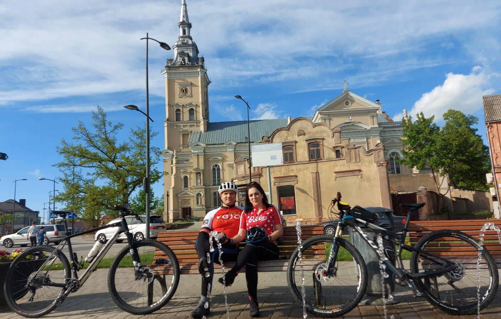 Joniškiečių pora meilės giją tiesia dviračių takais
