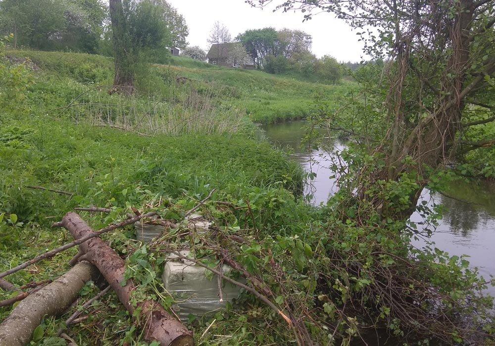 Šalčios pakrantėje pasieniečiai rado baltarusiškų rūkalų krovinį