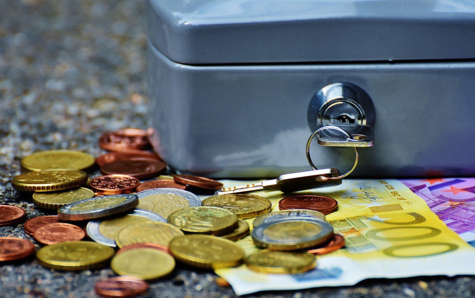 Pandemija išmokė taupyti:  kaip elgtis su santaupomis?