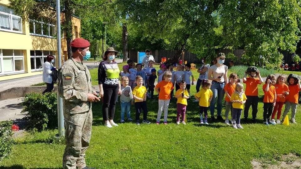 """Tarptautinę vaikų gynimo dieną lopšelyje-darželyje """"Drugelis"""" lankėsi kariai"""