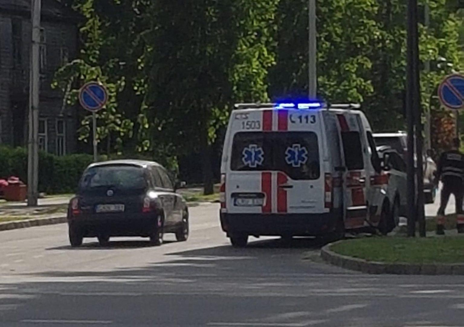 Automobilis kliudė paspirtuku važiavusią mažametę mergaitę