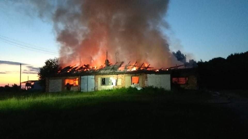 Gaisras baldų įmonėje sunaikino įrangą, medžiagas, pastatą