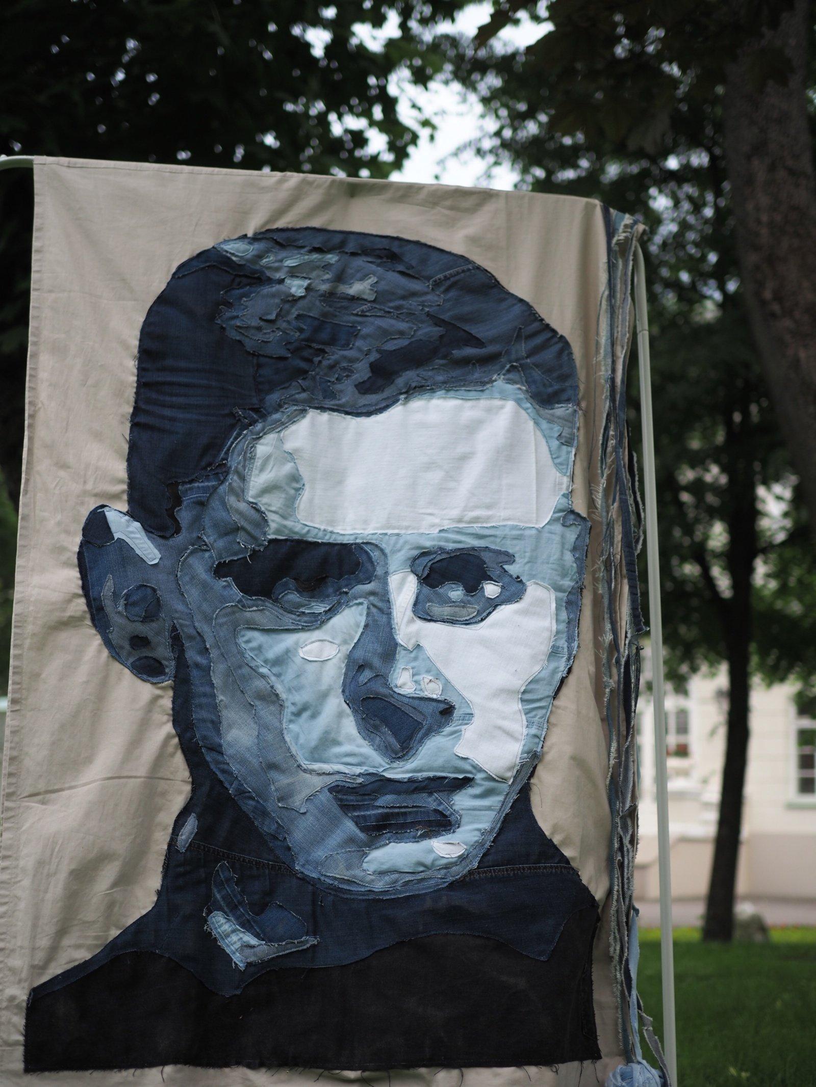 Prezidentūros parke – džinsinis poeto V. Mačernio portretas