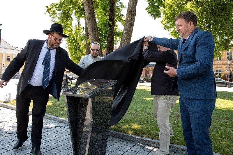 Žagarėje atidengtas paminklas rabinui Izraeliui Salanteriui