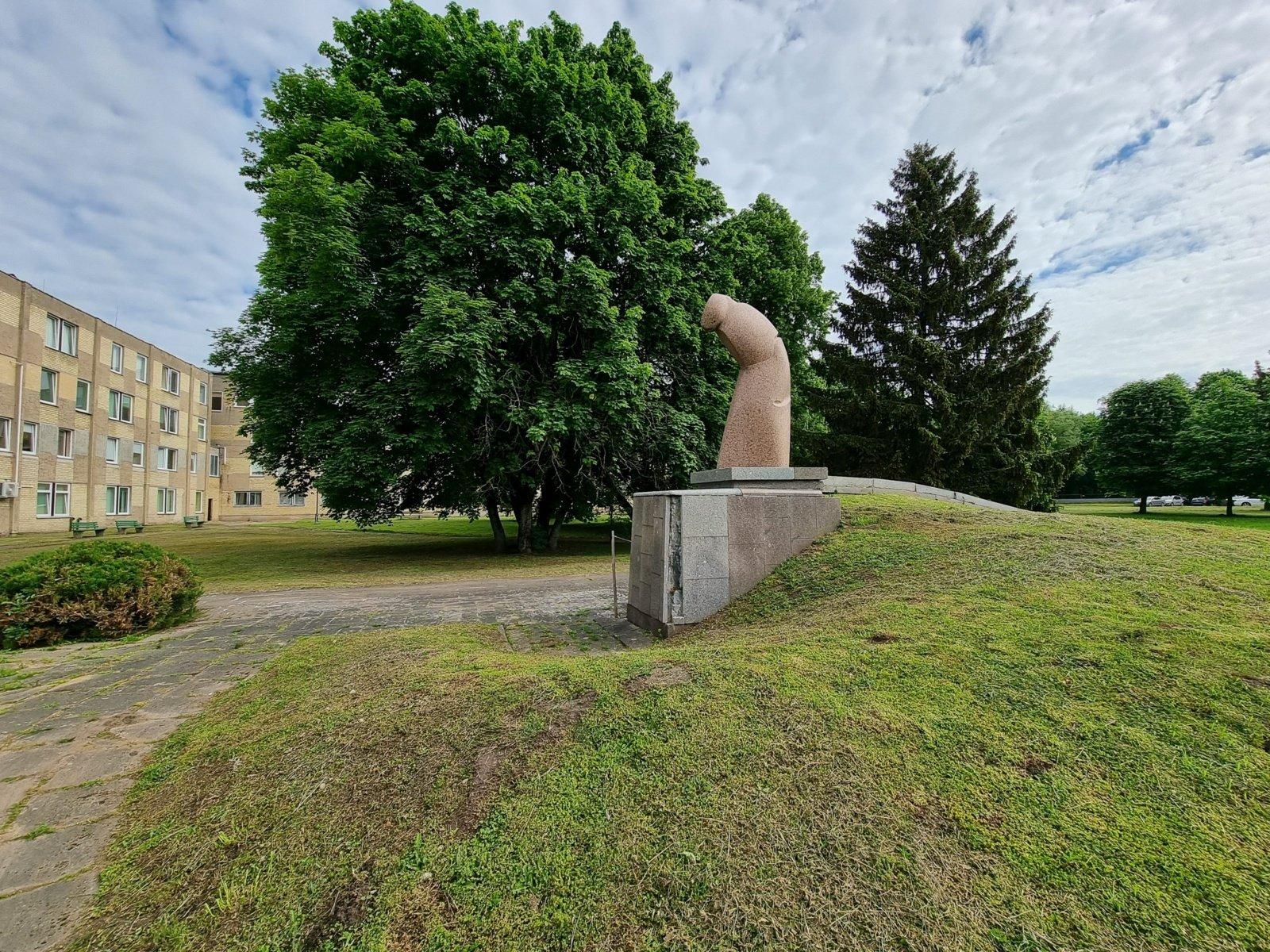 """Istorinė skulptūra """"Pūga"""" priešais Šilutės ligoninę – bus atnaujinama?"""