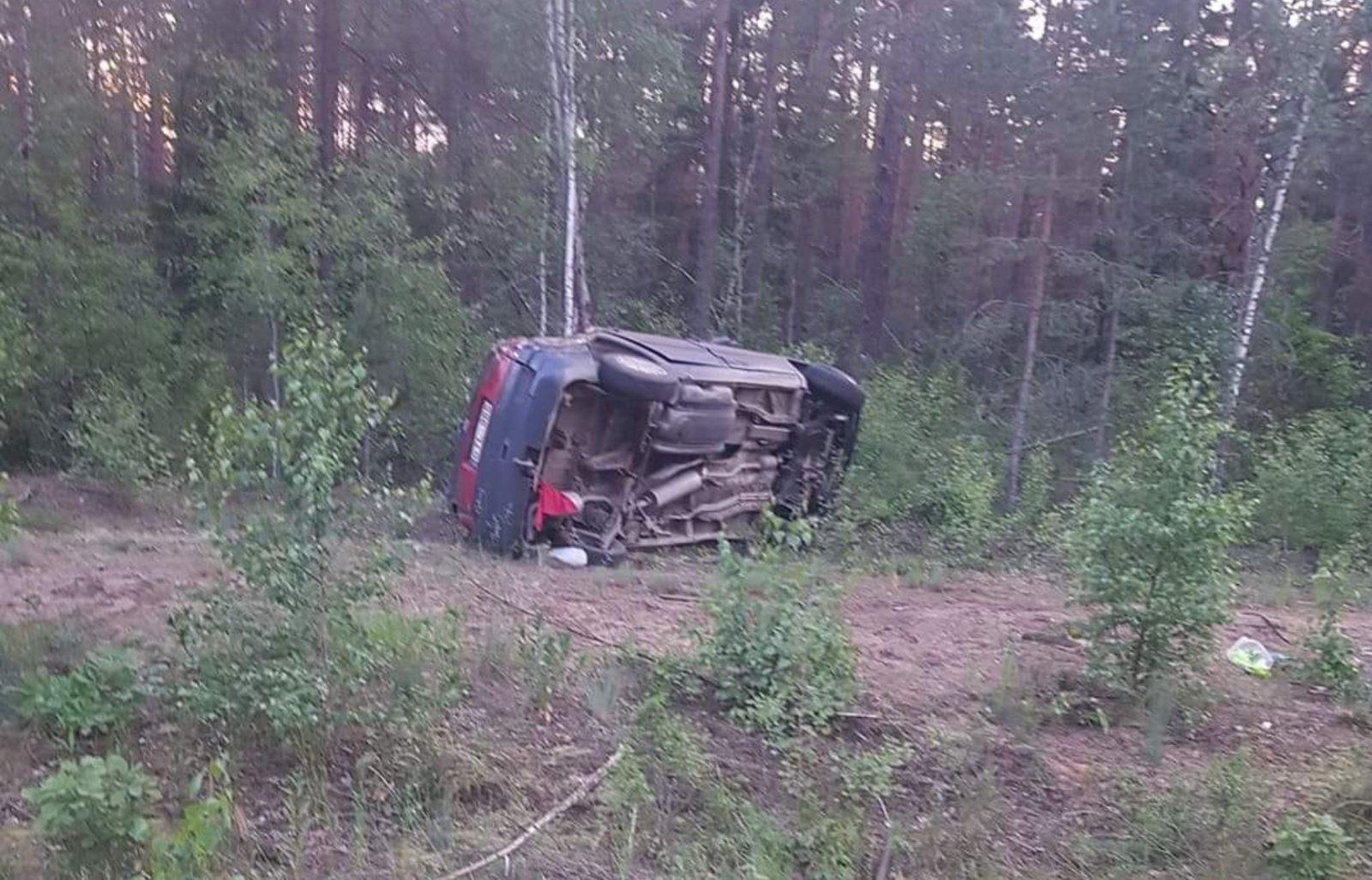 Marcinkonyse apvirto automobilis su neblaivia kompanija
