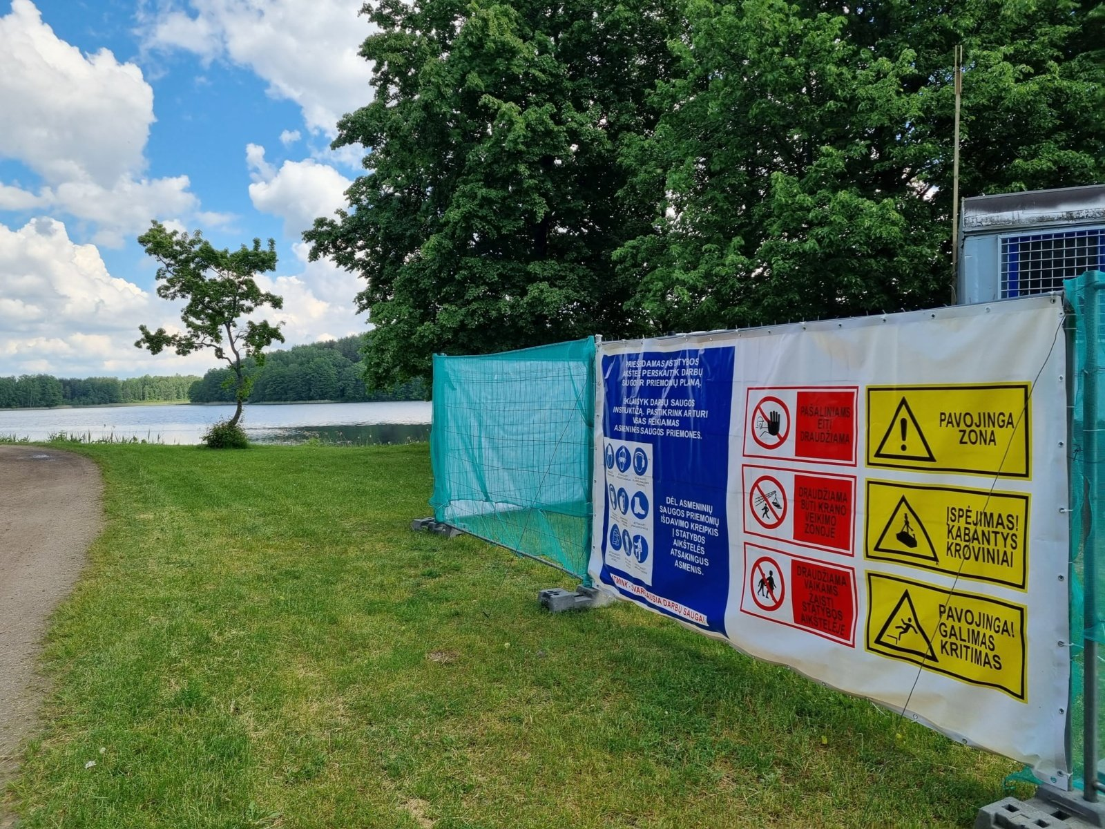 Trakuose tvarkomas pėsčiųjų takas Lukos ežero pakrantėje