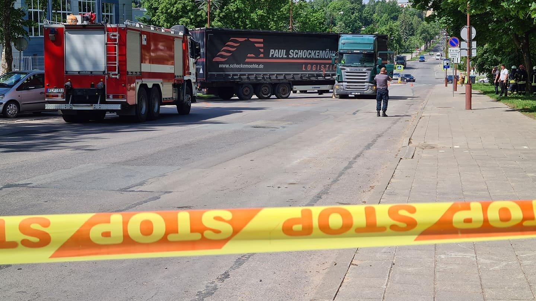 Baisi nelaimė Šiauliuose: pariedėjęs vilkikas pražudė 24-erių vairuotoją