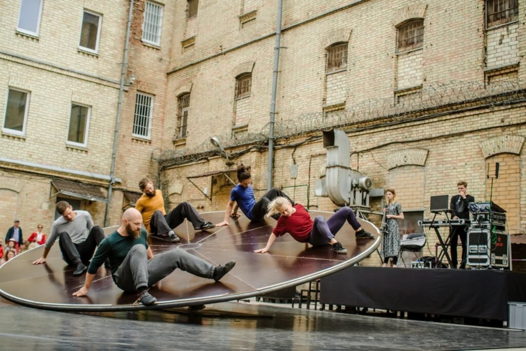 Danijos ir Lietuvos menininkai Druskininkuose pristato unikalų gatvės teatro performansą