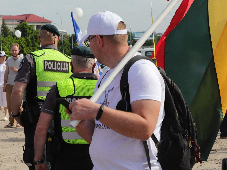 Protestuotojai įsismarkavo: sostinės policija pradėjo ikiteisminį tyrimą dėl neapykantos kurstymo ir vėliavos išniekinimo
