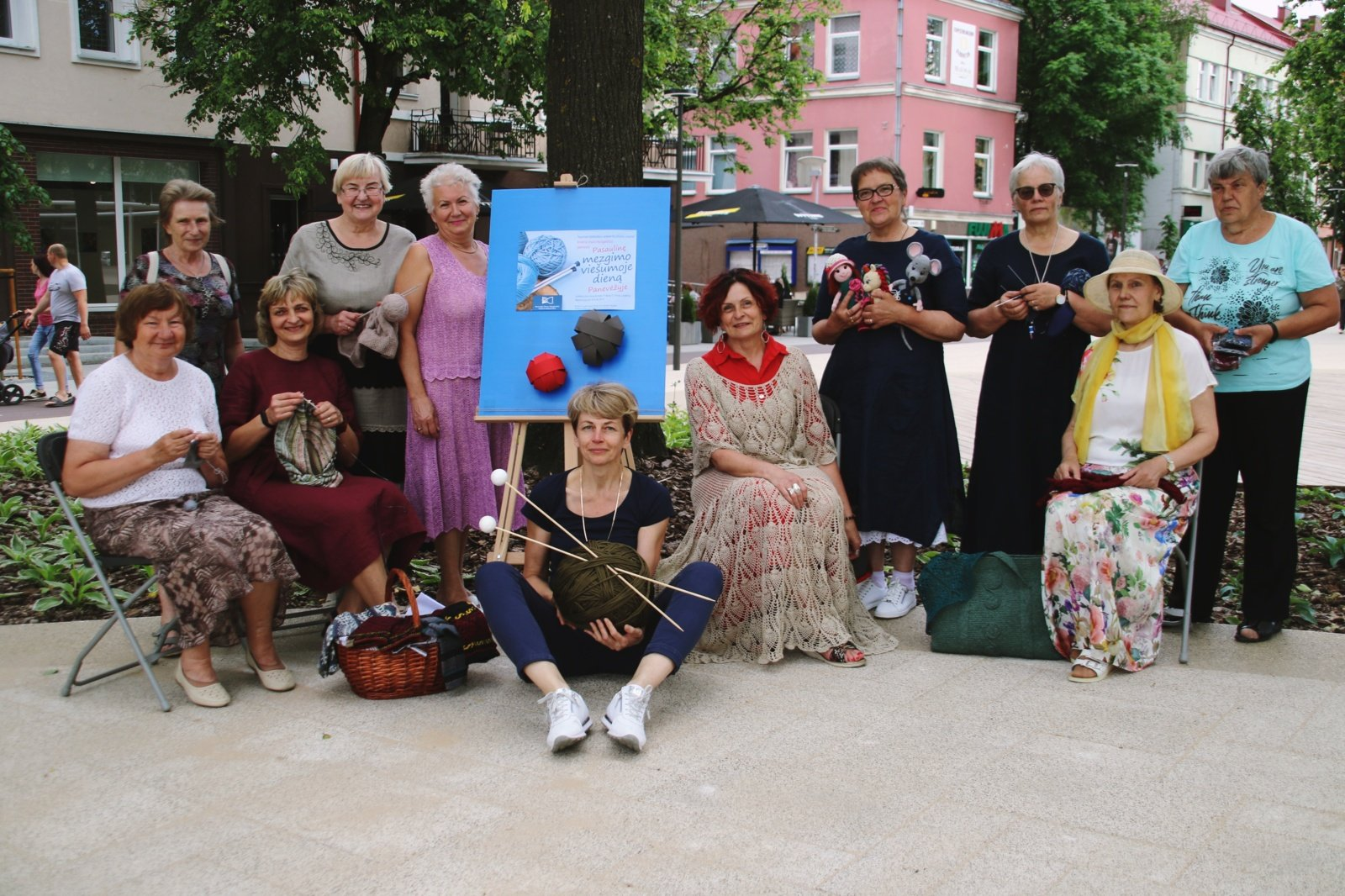 Biblioteka kvietė minėti Pasaulinę mezgimo viešumoje dieną