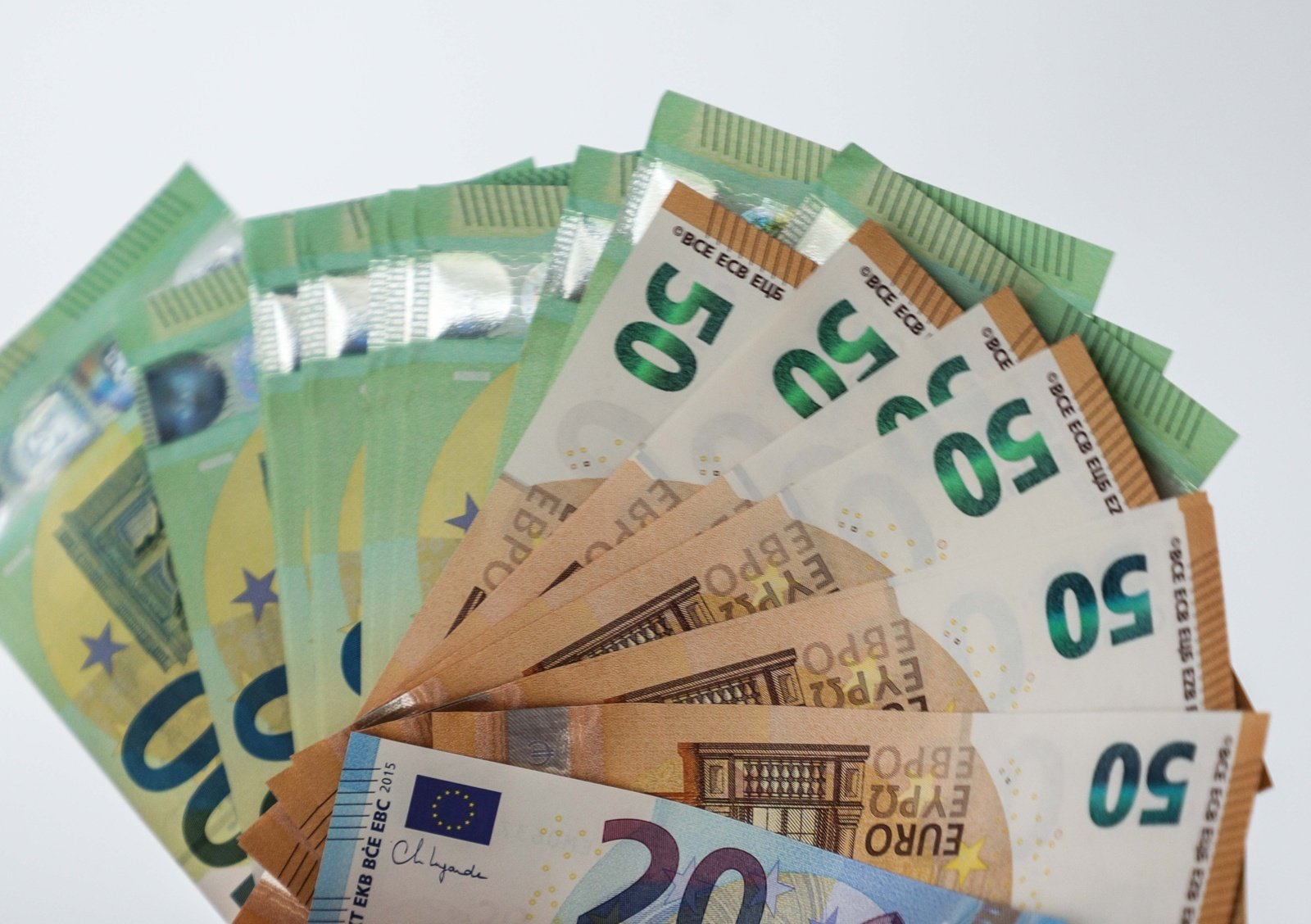 Padirbtų eurų randama mažiau, bet Lietuvos bankas ragina gyventojus neprarasti budrumo
