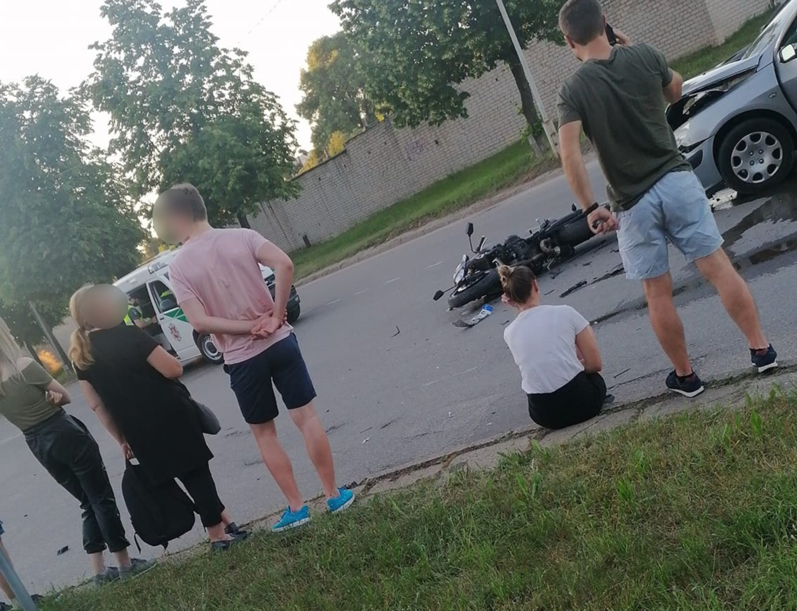 Jonavoje automobilis susidūrė su motociklu