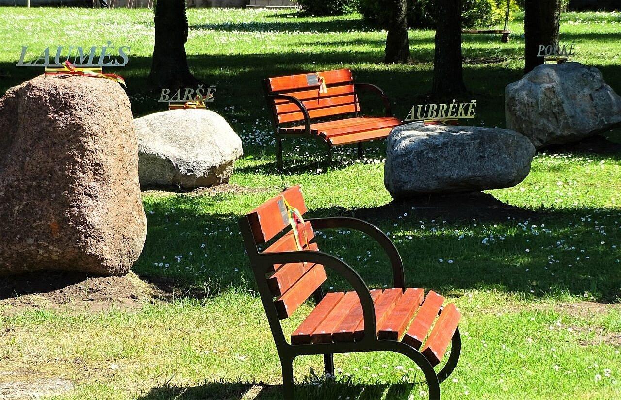 Barstyčiuose – vardiniai suoliukai ir apylinkes menantys akmenys