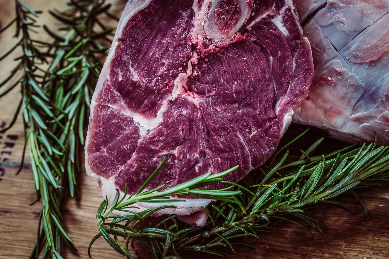Kiek laiko atšildyta mėsa gali būti laikoma kambario temperatūroje iki vartojimo?