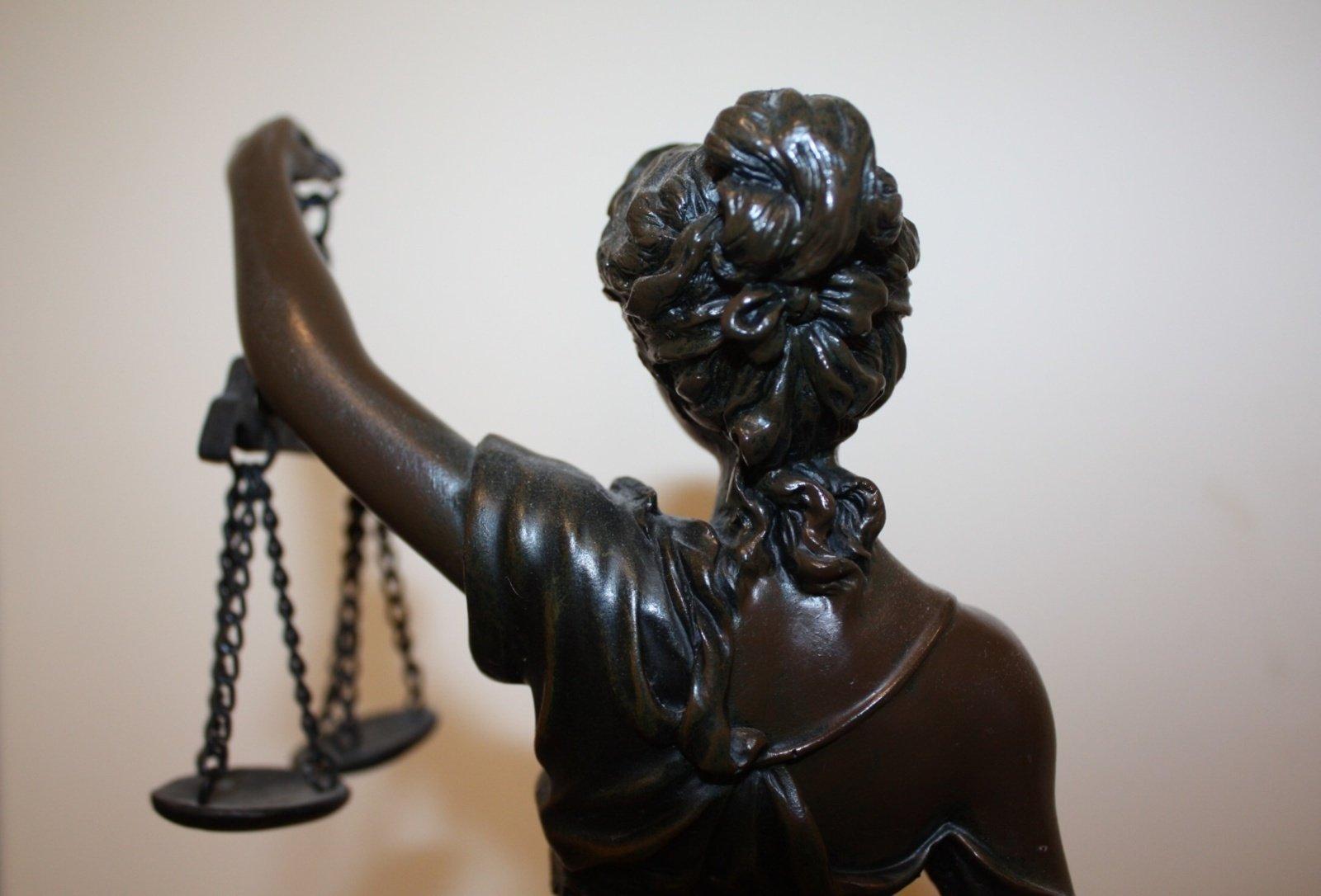 Įsiteisėjo nuosprendis už bylų išnešimą, dokumentų klastojimą nuteistam eksprokurorui