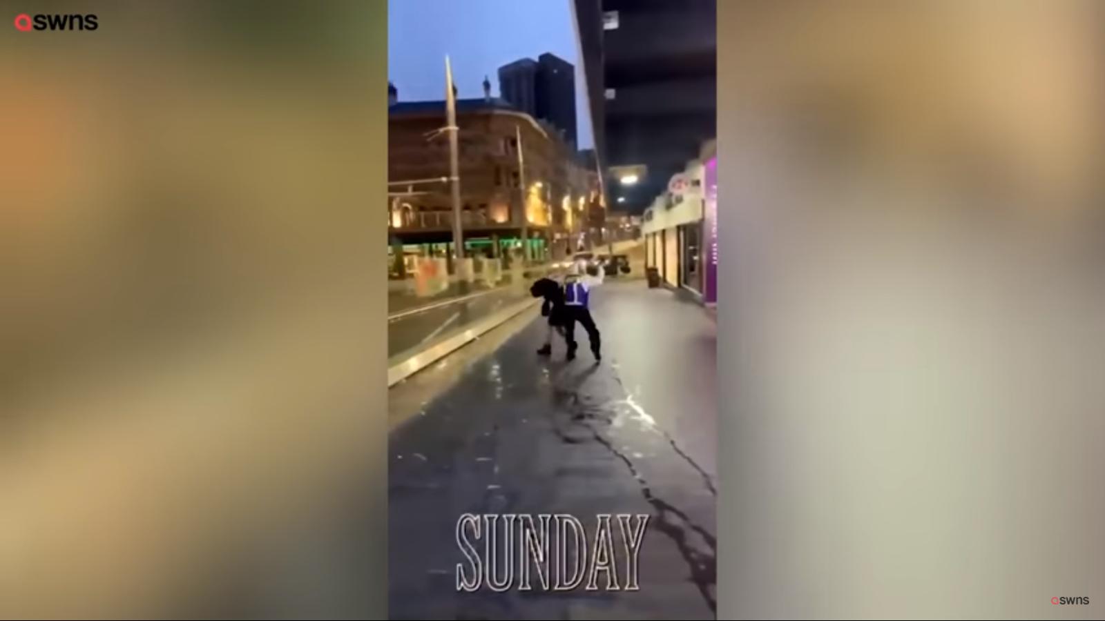 """Žiaurus konfliktas """"McDonald's"""" restorane: apsauginis užsipuolė moterį (vaizdo įrašas)"""