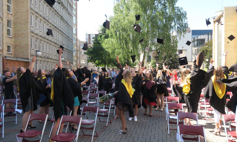 Šiaulių absolventų rankose – išsvajotieji Vilniaus universiteto diplomai