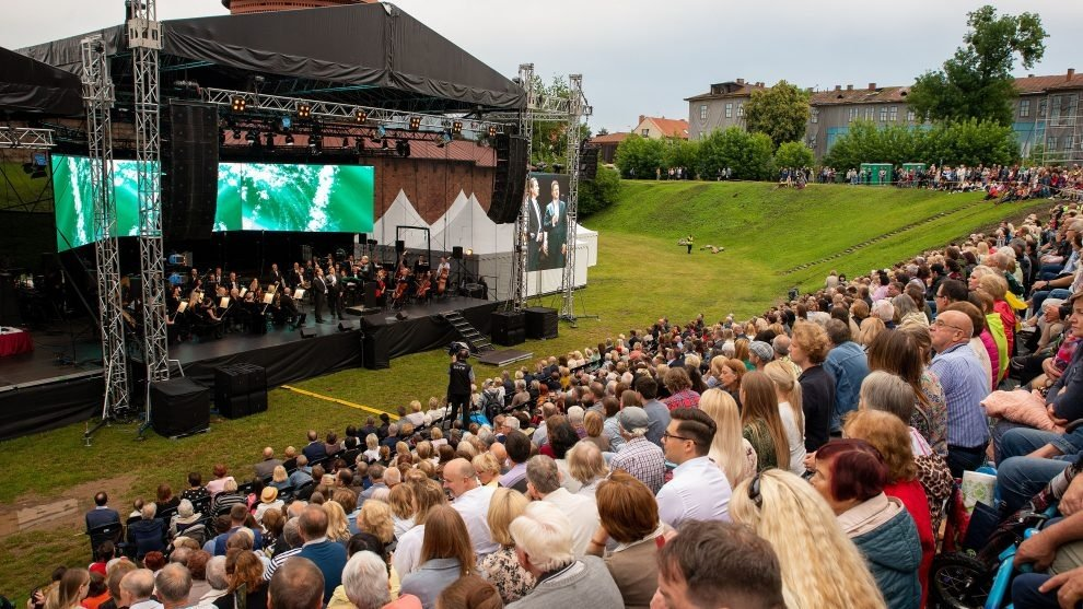 """Valstybės dieną – šventiniai akcentai: Tautiška giesmė, iškilmingi apdovanojimai ir jubiliejinis festivalis """"Operetė Kauno pilyje"""""""