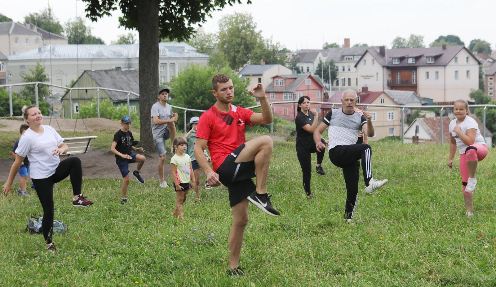 Ant Ukmergės piliakalnio – rytinė mankšta su žinomais sportininkais