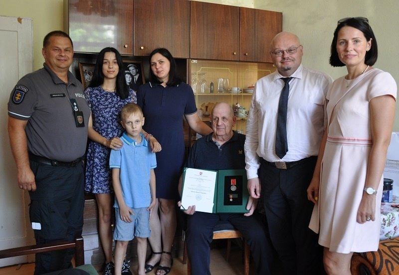 """Nusipelniusiam tėčiui įteiktas LR Prezidento Gitano Nausėdos ordino """"Už nuopelnus Lietuvai"""" medalis"""