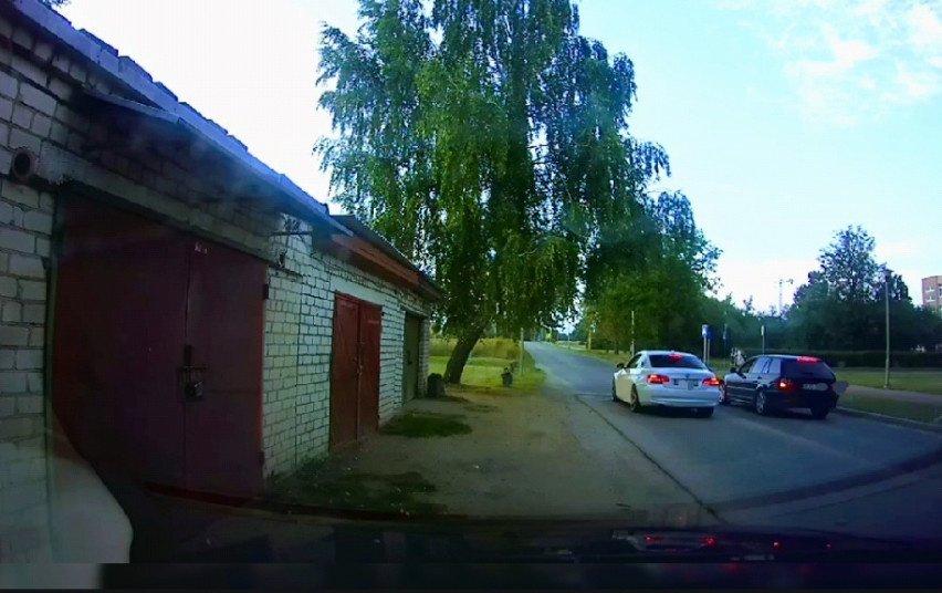 Pareigūnai nutraukė nelegalias automobilių lenktynes Šalčininkų miesto parke (vaizdo įrašas)