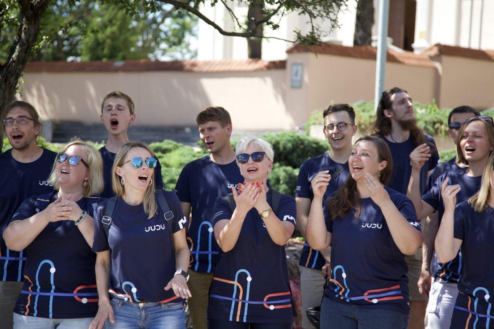 Gatvės muzikos diena šeštadienį: darniai judančio choro pasirodymai stotelėse