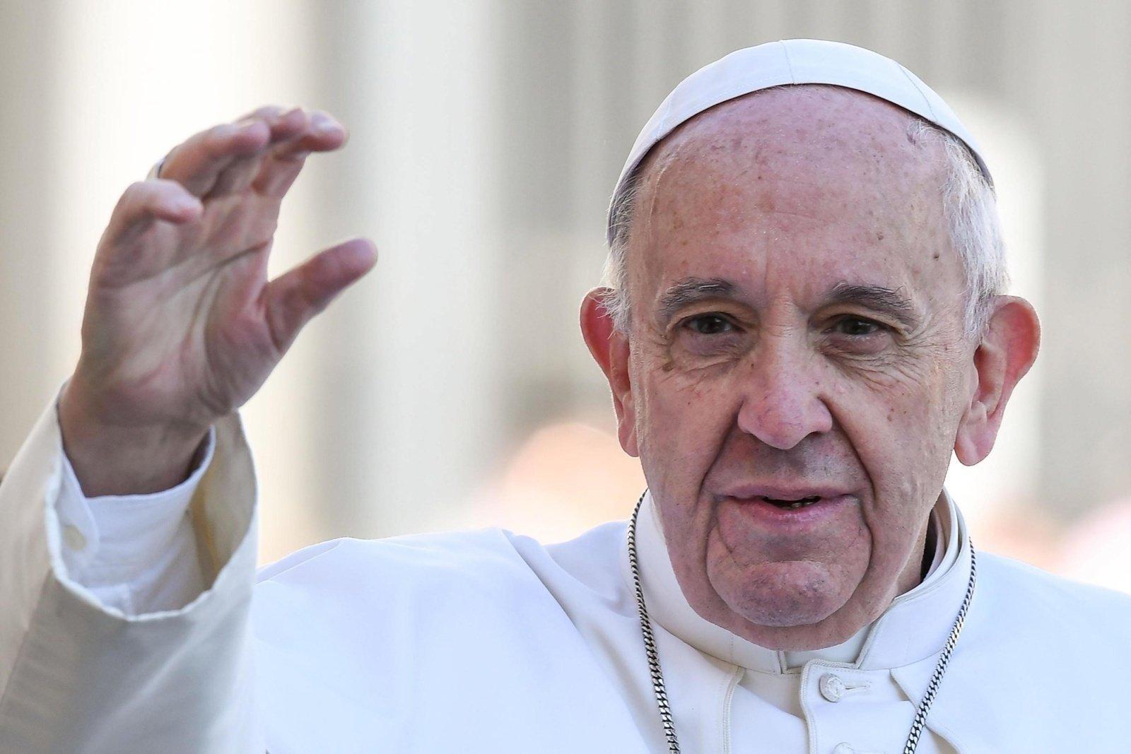 Prieš 2 savaites operuotas popiežius pasirodė Vatikano rūmų lange