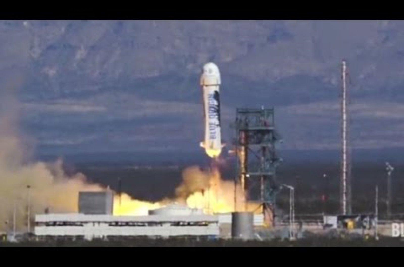 """J. Bezosas dalyvavo sėkmingame """"Blue Origin"""" raketos pirmajame pilotuojamame skrydyje (vaizdo įrašas)"""