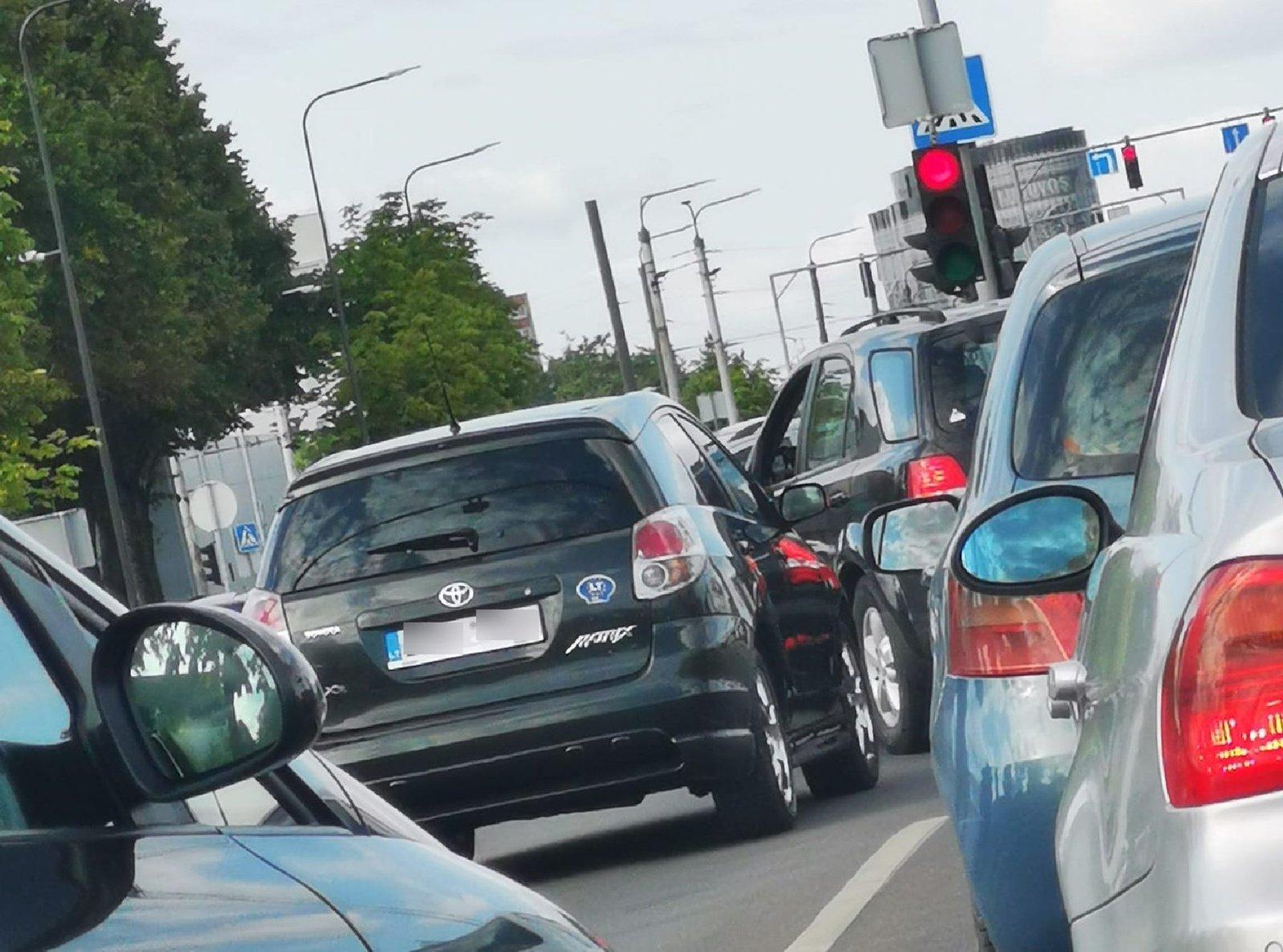 Vairuotojai pritrenkti: paliko automobilį vidury judrios sankryžos ir išėjo