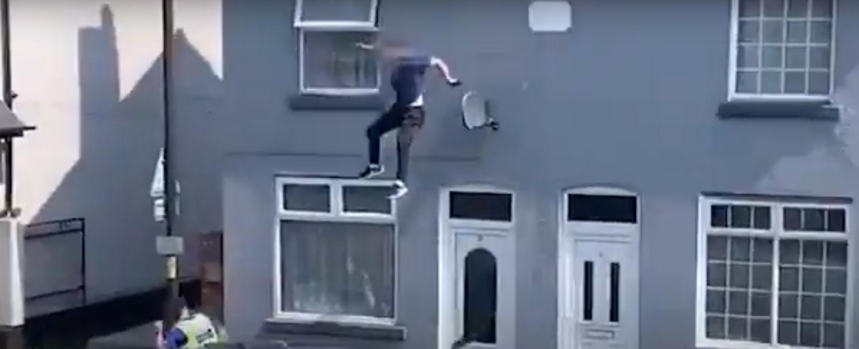 Nuo policijos bėgęs vyras šoko nuo stogo (vaizdo įrašas)
