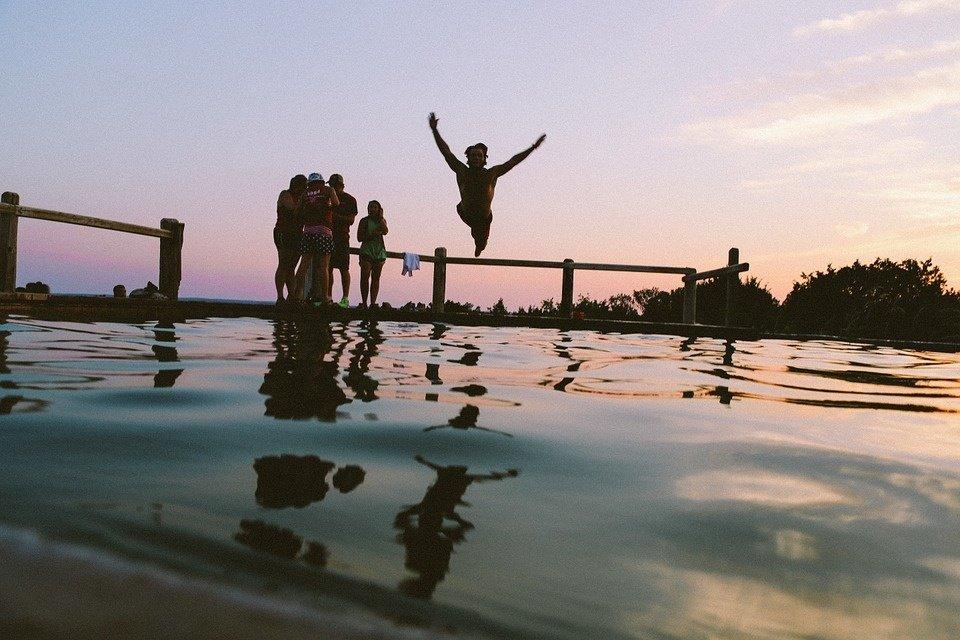"""Grįžtantys karščiai vandenyje žadina """"dusinukus"""": gresia sveikatos sutrikimai"""