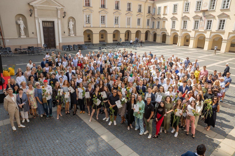 Vilniuje pasveikinti daugiau kaip pusė tūkstančio sostinės abiturientų šimtukininkų