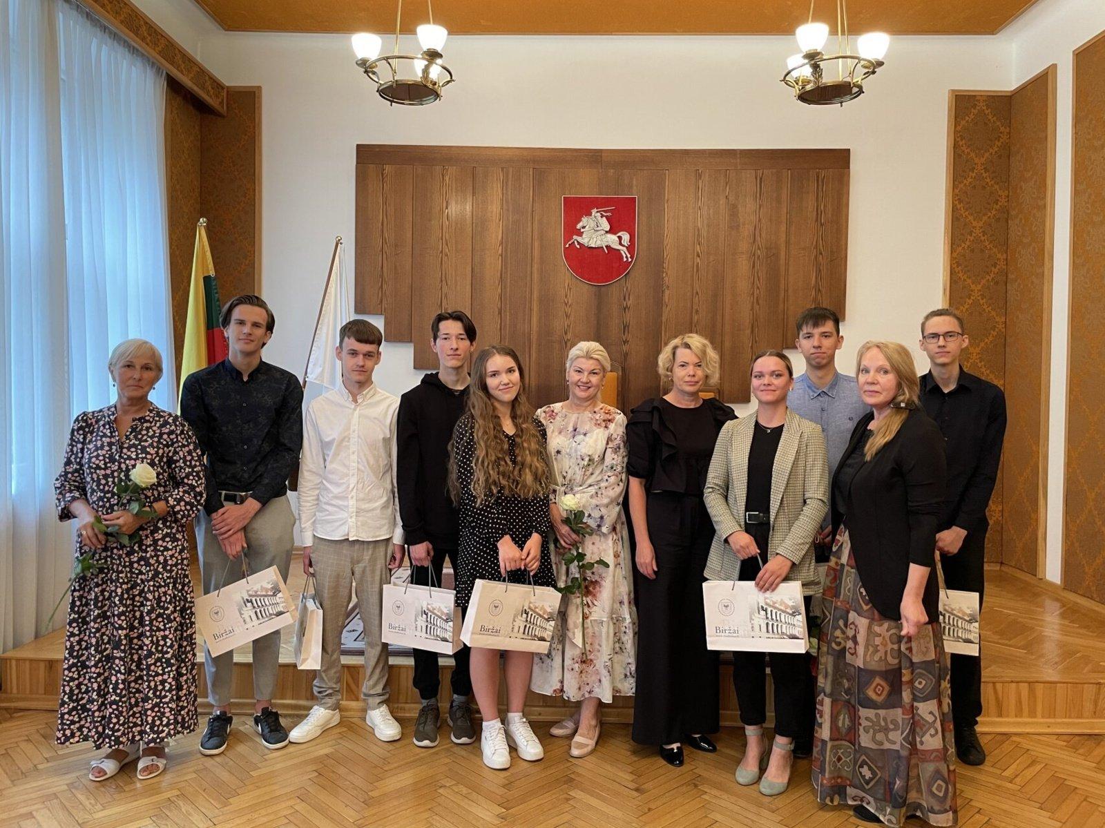 Pasveikinti Biržų rajono šimtukininkai ir jų mokytojos