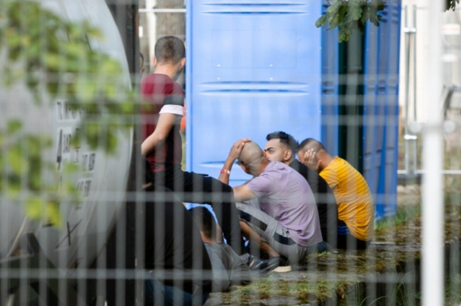 Iš kariuomenės įrengto angaro Druskininkuose iškelti paskutiniai migrantai