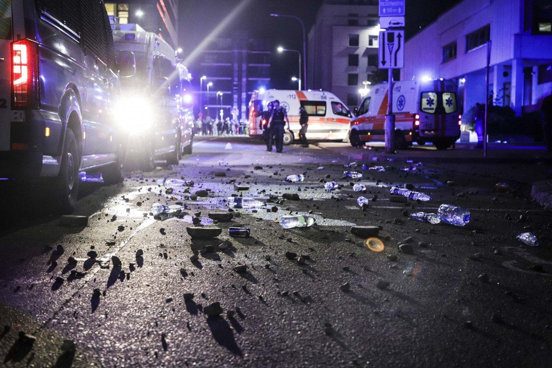 Dėl riaušių prie Seimo rūmų sulaikyti 26 asmenys, nukentėjo apie 10 pareigūnų