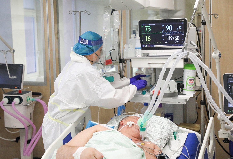 Lietuvoje nustatyti 810 naujų koronaviruso infekcijos atvejų, mirė net 16 žmonių, penki iš jų buvo paskiepyti, paskiepyti 1896 asmenys