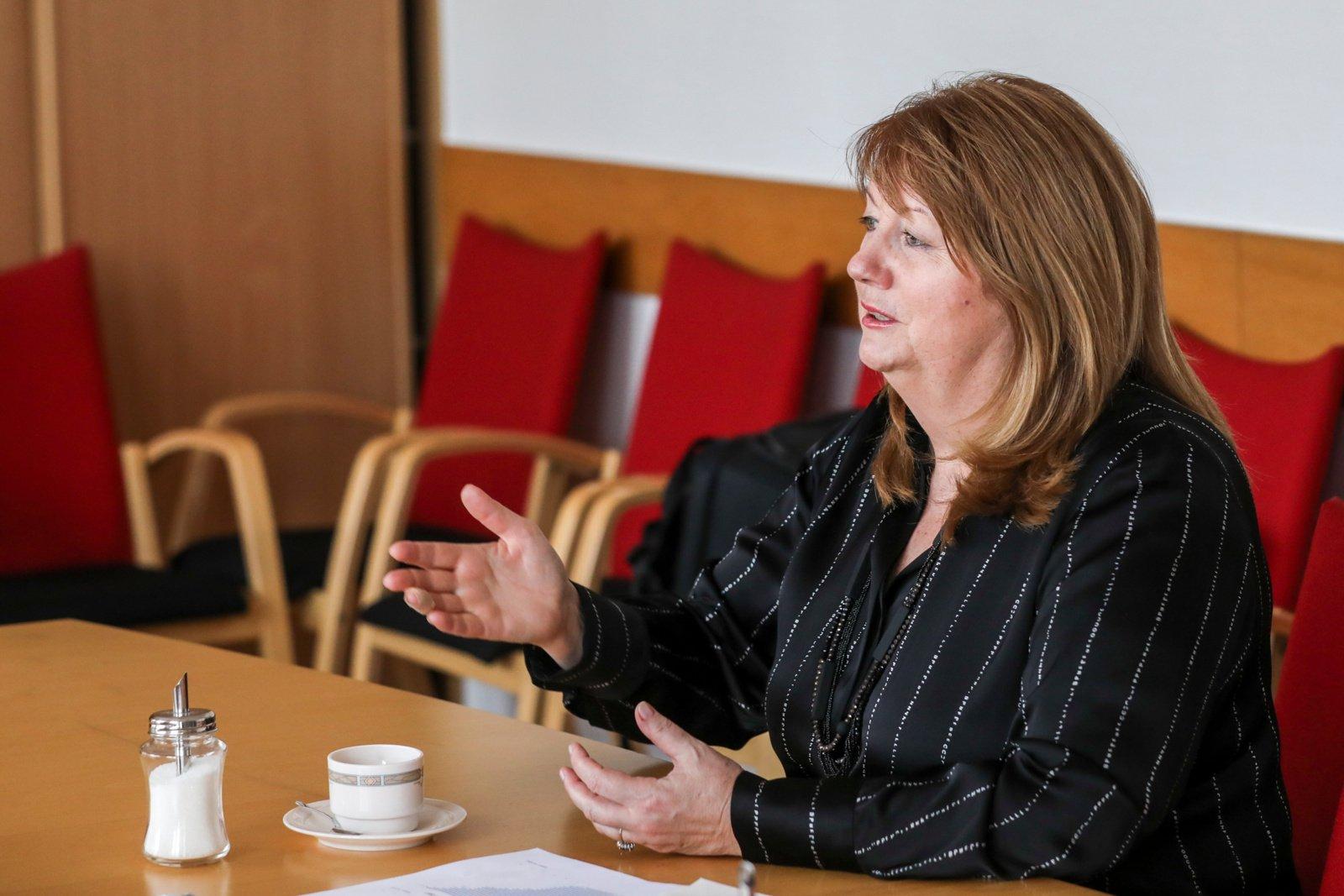 Socialdemokratai įteikė kreipimąsi Vyriausybei: V. Blinkevičiūtė įspėja apie trečiąją krizę