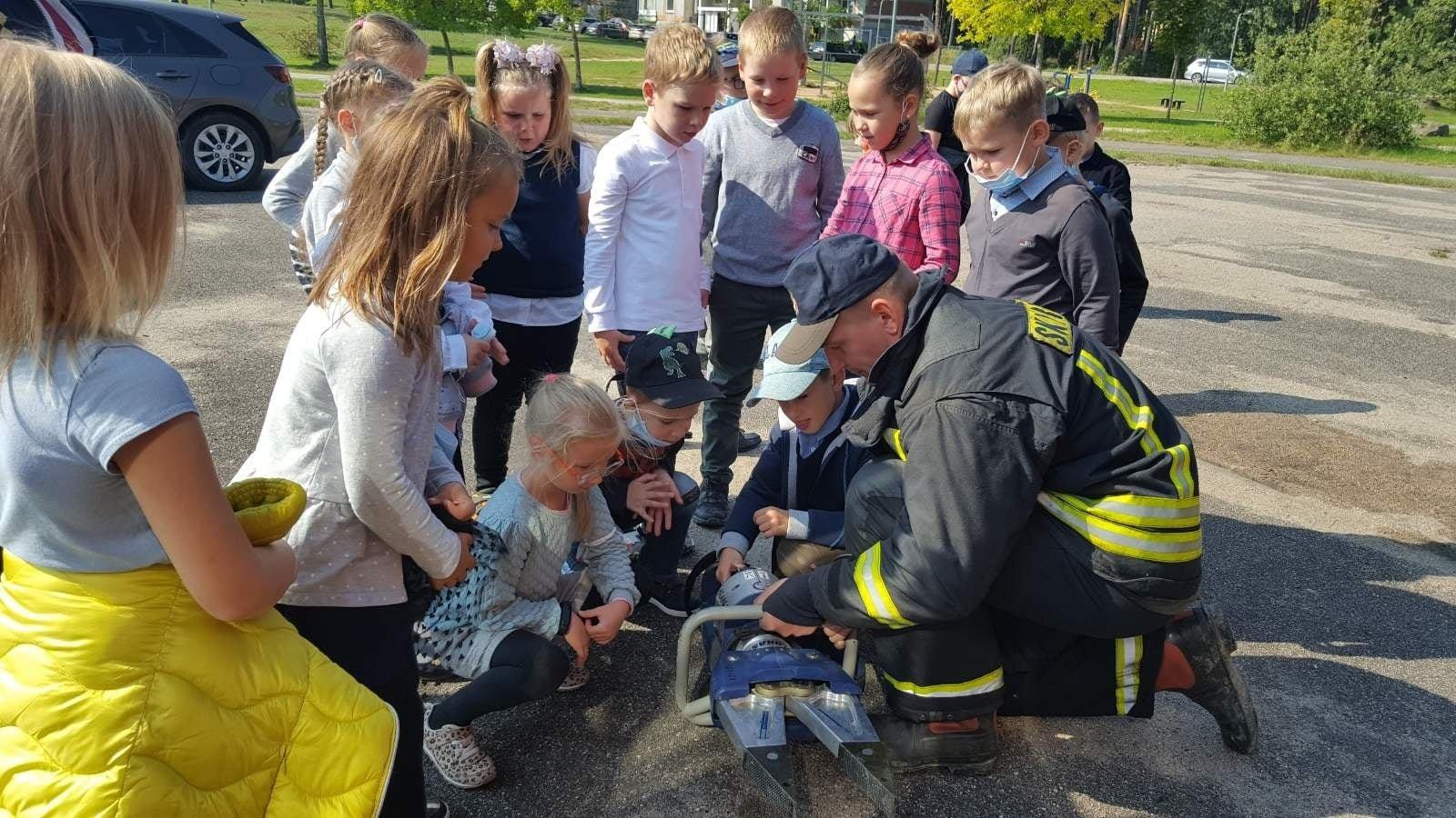 Visagino moksleiviai susitiko su ugniagesiais gelbėtojais