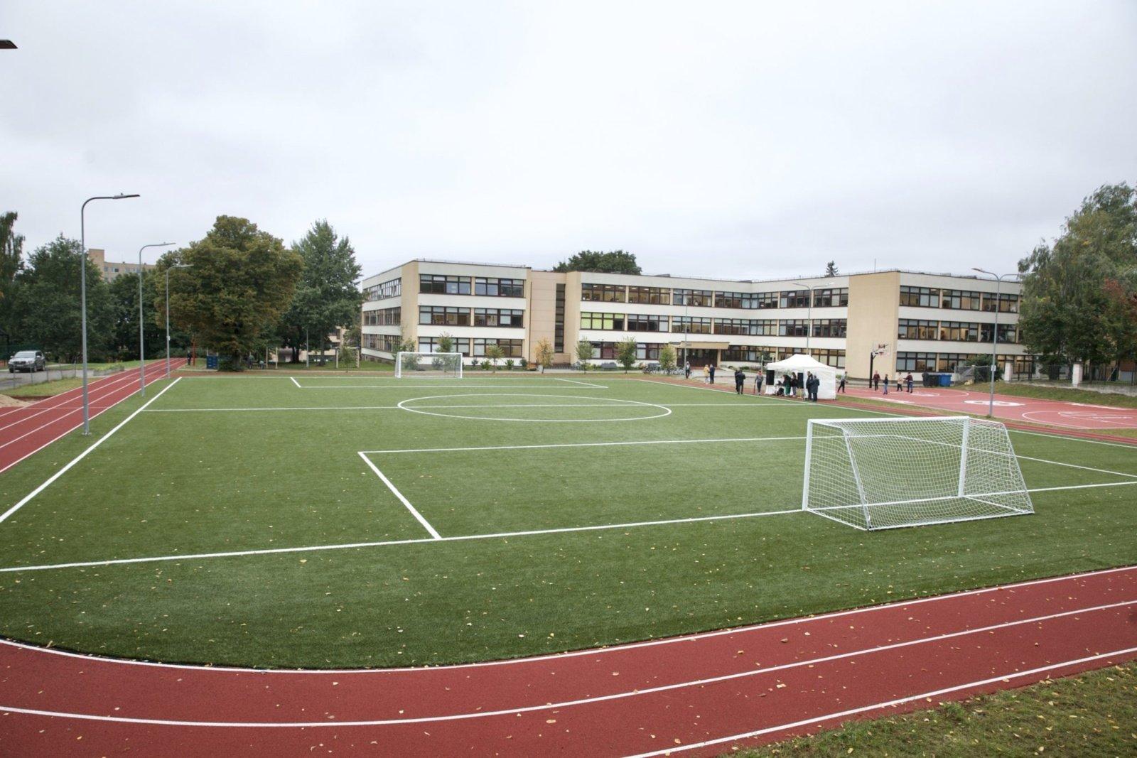 Vilniuje atidaromi atnaujinti mokyklų aikštynai: pamatykite Antakalnio progimnazijos stadioną