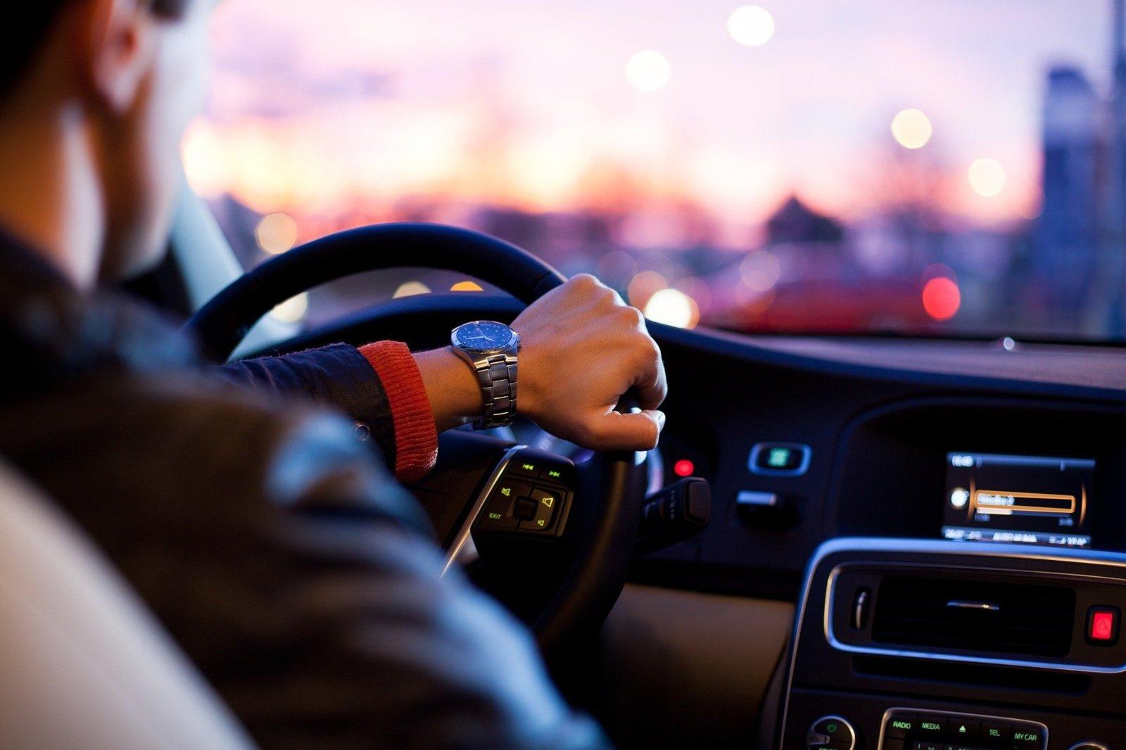 Tarnybinius automobilius su vairuotojais Žemės ūkio ministerijoje pakeis pavėžėjai ir paspirtukai