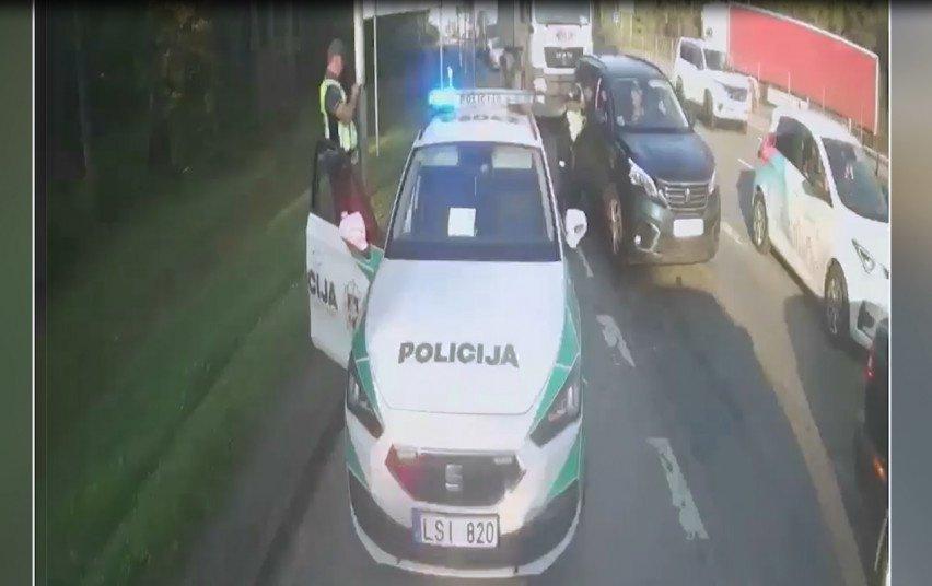 Padedant policijai, gimdyvė sėkmingai pasiekė klinikas (vaizdo įrašas)